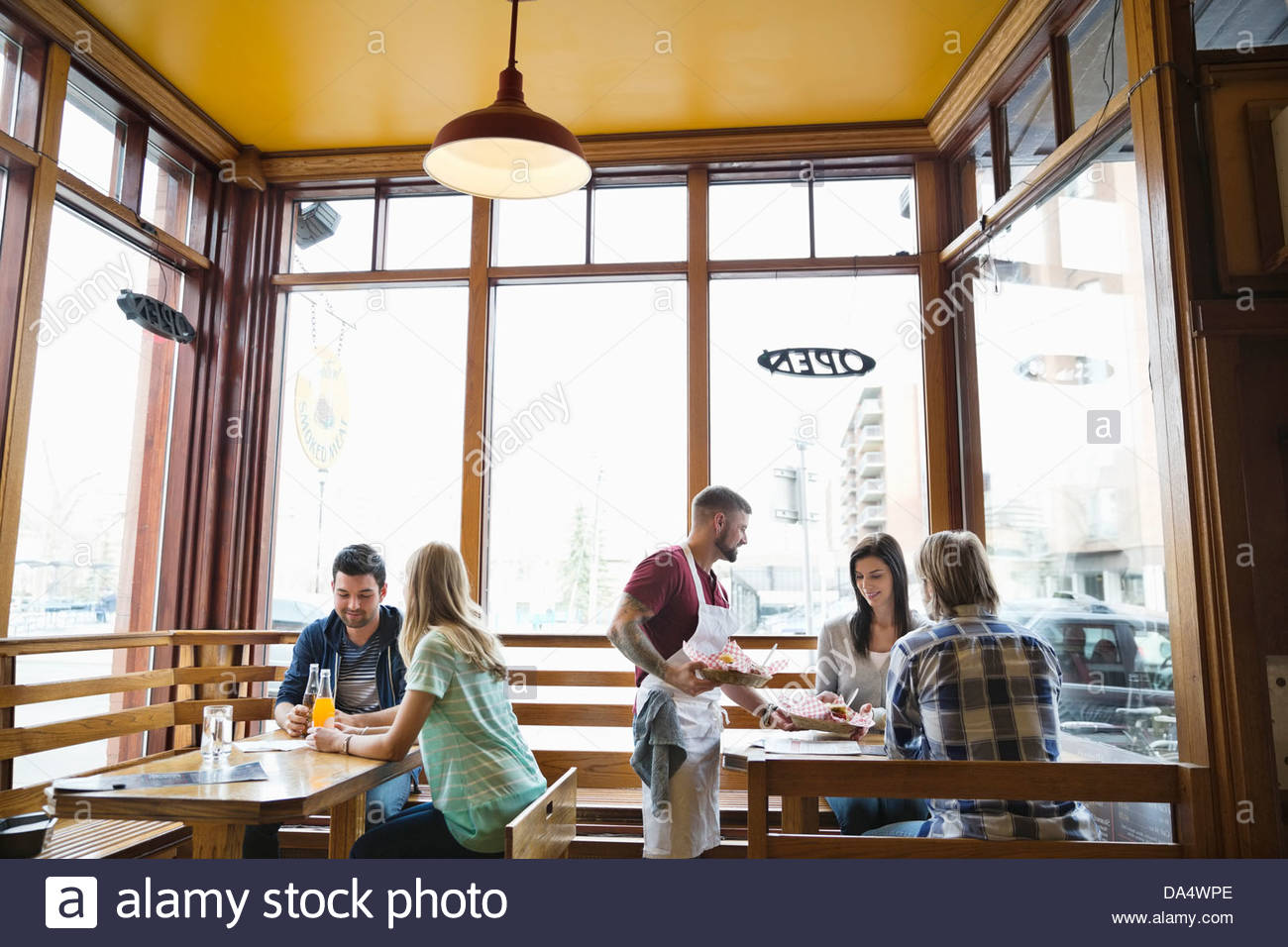 Macho propietario Deli sirve comida a los clientesFoto de stock