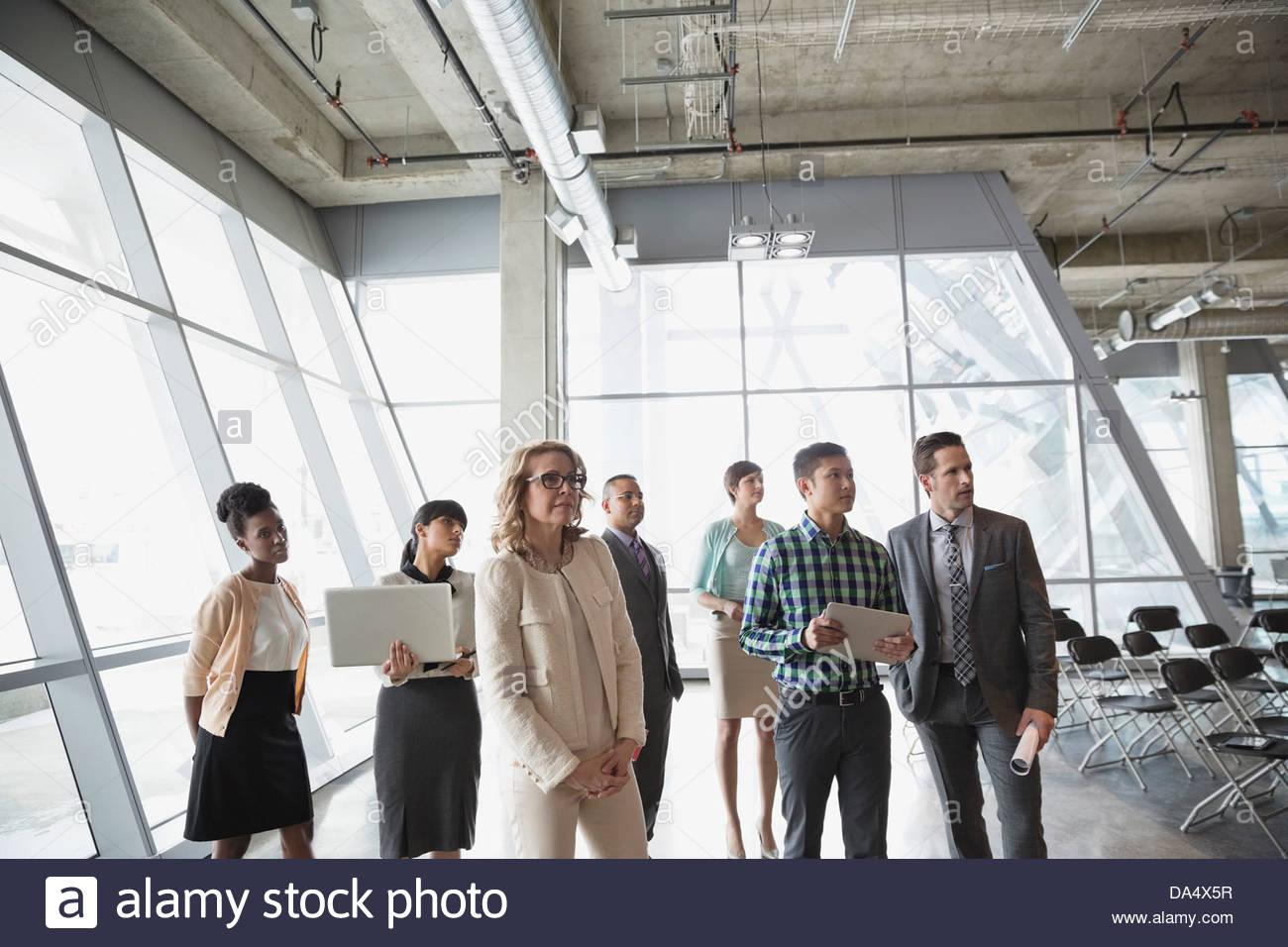 El grupo de gente de negocios con tecnología de oficina permanente Imagen De Stock