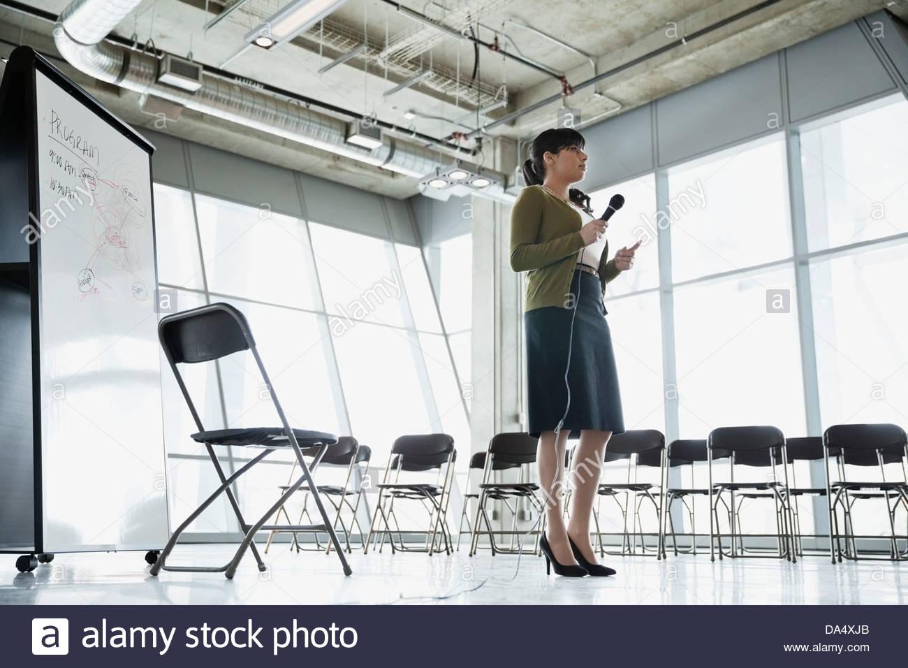La empresaria practicando presentación en edificio de oficinas Imagen De Stock