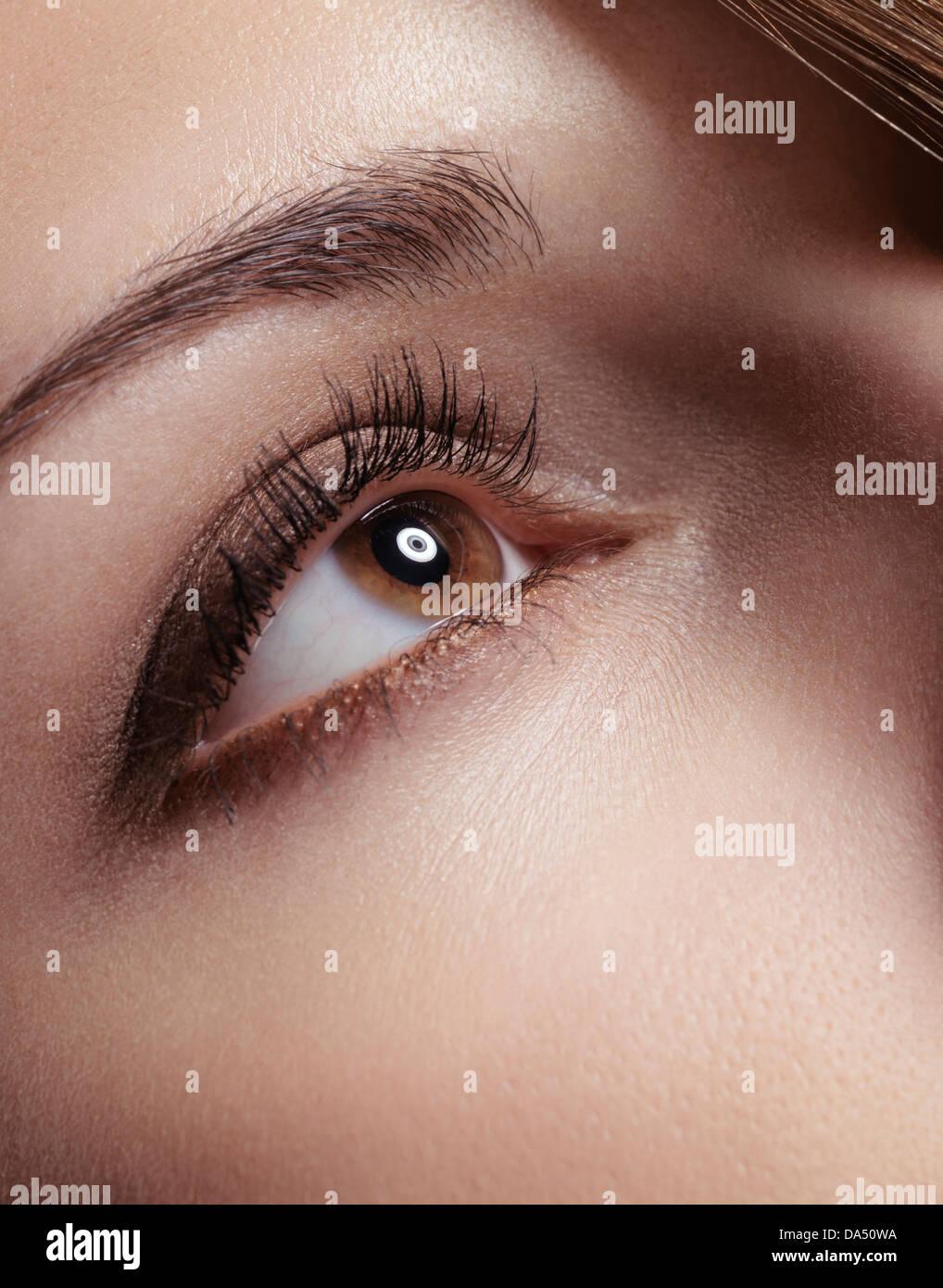 Mujer joven con ojos marrones largas pestañas closeup Imagen De Stock