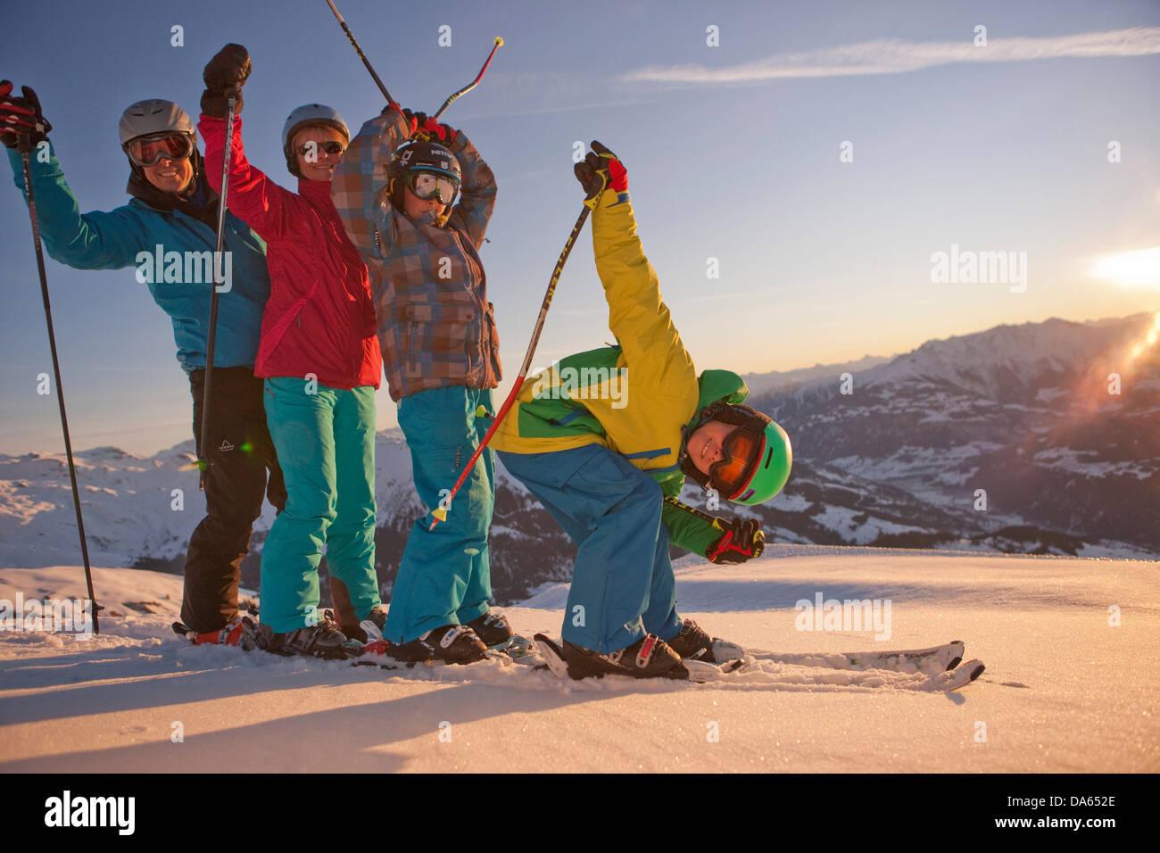 Familia, esquí, deportes de invierno, Brigels, montaña, montañas, familia, esquí, deportes de Imagen De Stock
