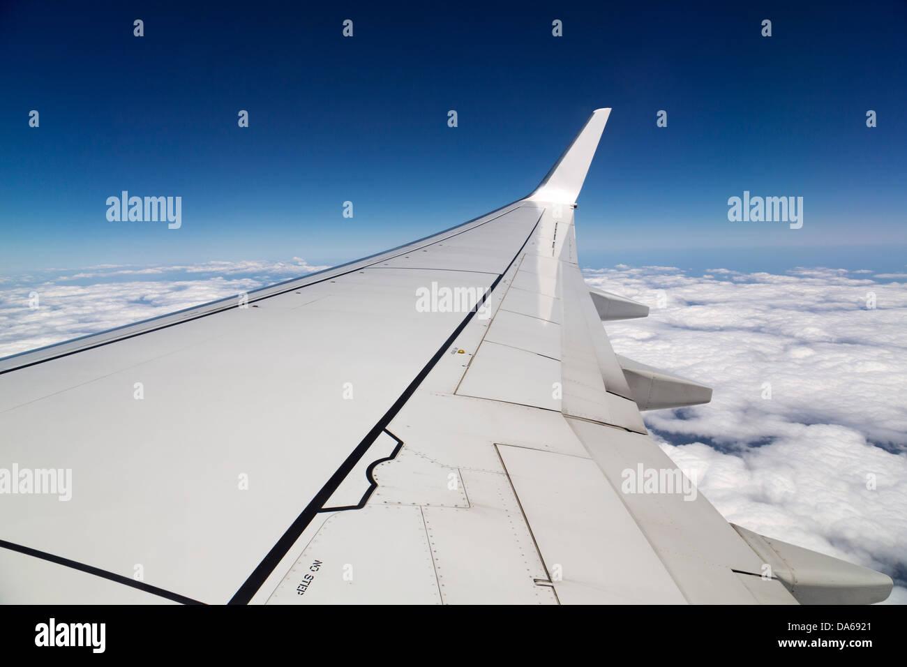 Ala de un avión en el cielo nuboso Imagen De Stock