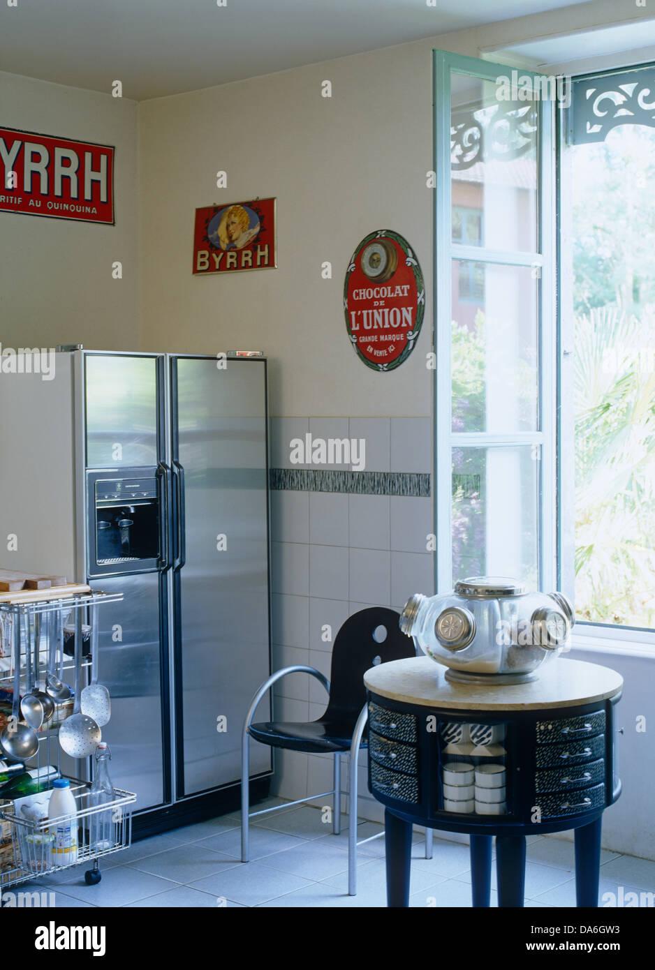 Acero inoxidable despensa nevera en la esquina de la cocina francesa ...