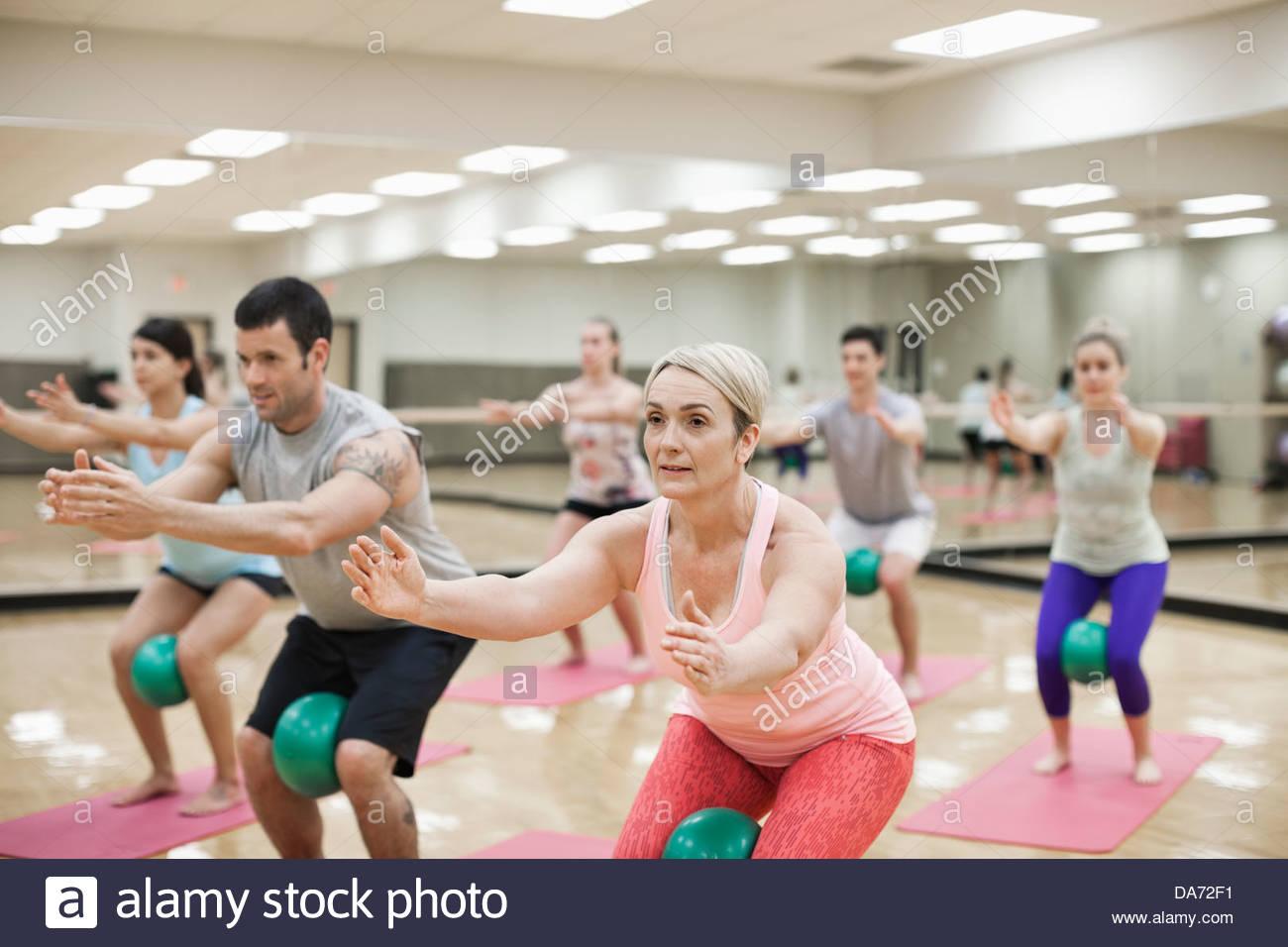 Grupo de personas que ejercen en la clase de gimnasia Imagen De Stock