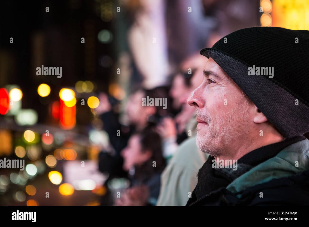 Retrato de un perfil turístico de Times Square con las luces de la ciudad en el fondo Imagen De Stock