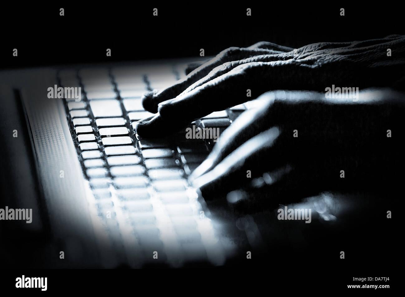 Concepto foto en blanco y negro de alto contraste de los dedos sobre el teclado del pirata Imagen De Stock