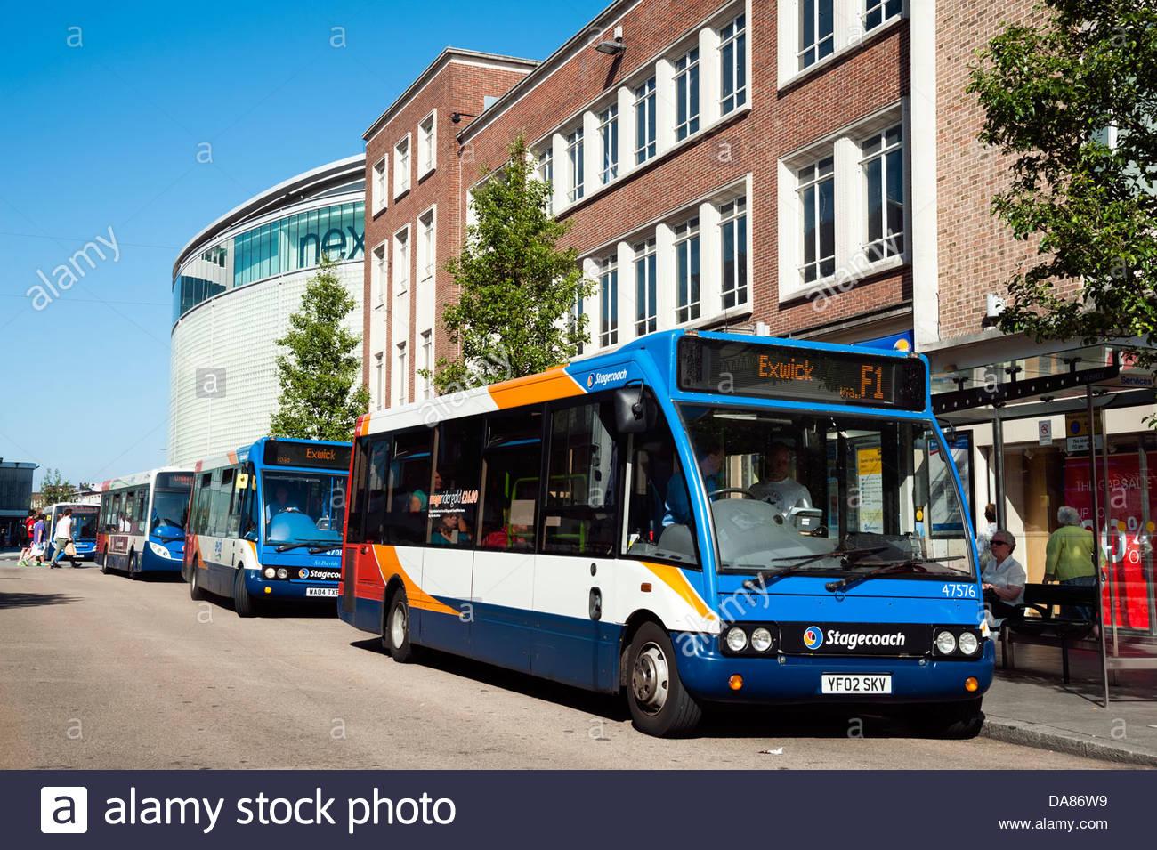 Centro de la ciudad de Exeter, Devon, Reino Unido. Los autobuses esperando para recoger a la gente. Imagen De Stock
