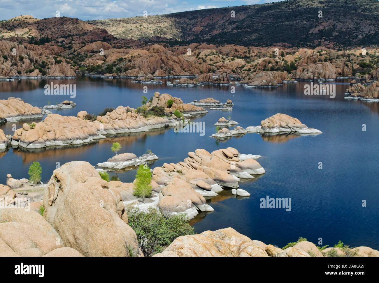 Las singulares formaciones de roca roja y profundas aguas azules del lago Watson, Arizona, crear una escena. Cerca Imagen De Stock