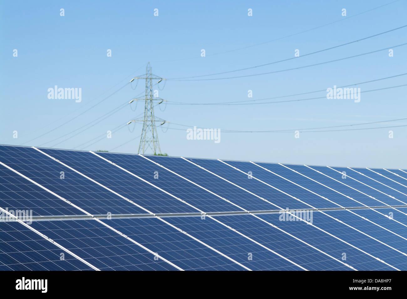 Granja Solar generando energía renovable Imagen De Stock