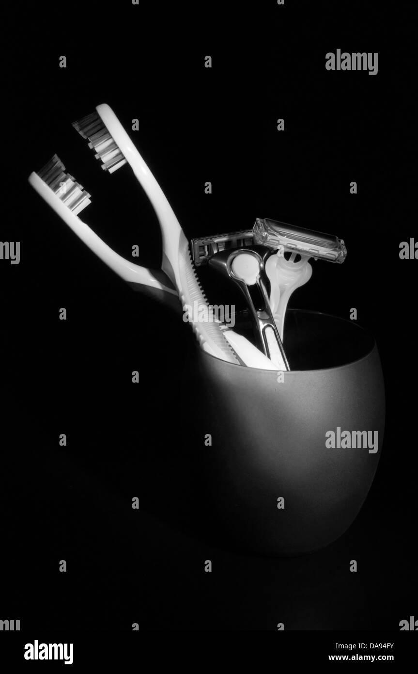 Un par de cepillos de dientes y navajas de afeitar. Imagen De Stock