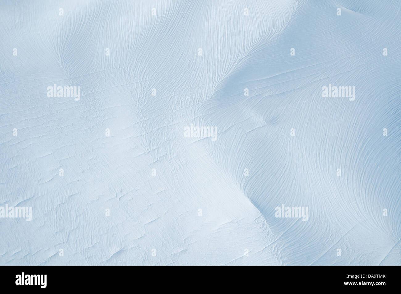 Vista aérea de los patrones de viento y ondulaciones en los campos de hielo de las Montañas San Elías, Imagen De Stock