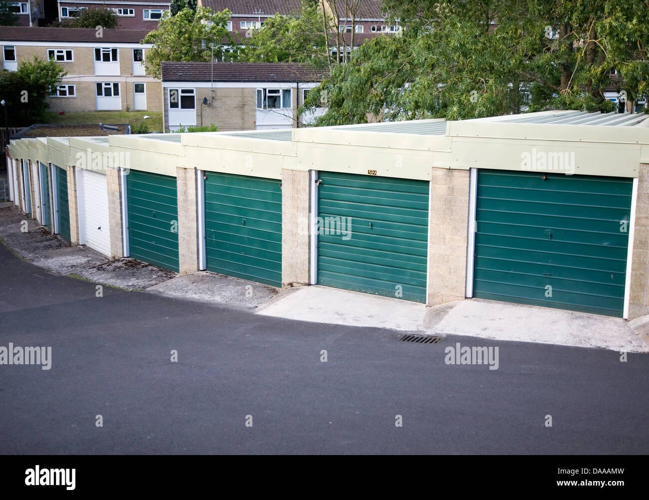 Fila de garajes en 1970 urbanización Larkhall Bath Inglaterra Imagen De Stock