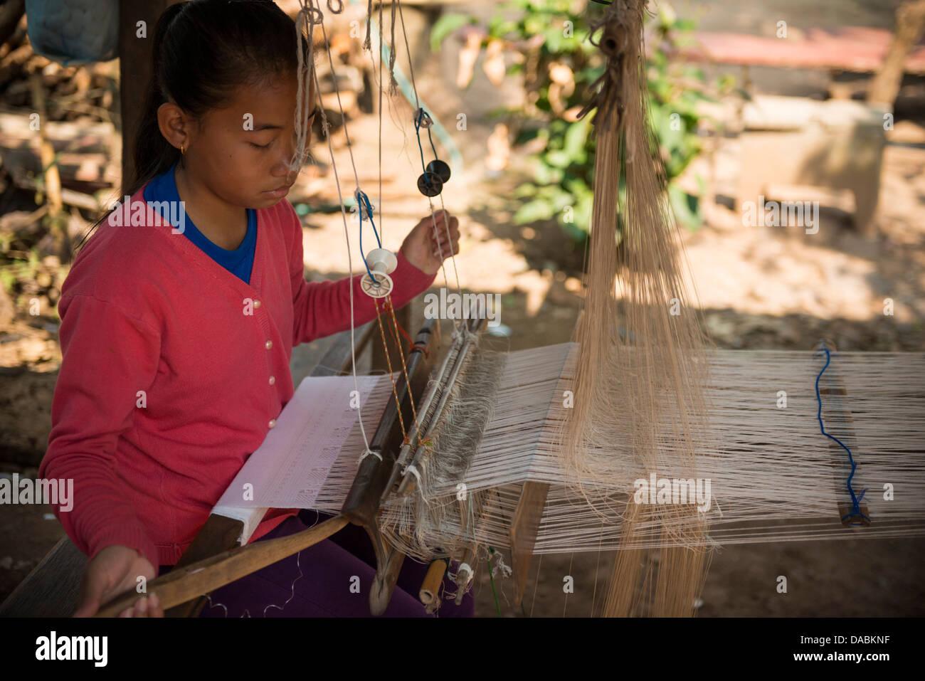 Tejiendo aldea de Ban Phanom, Luang Prabang, Laos, Indochina, en el sudeste de Asia, Asia Imagen De Stock