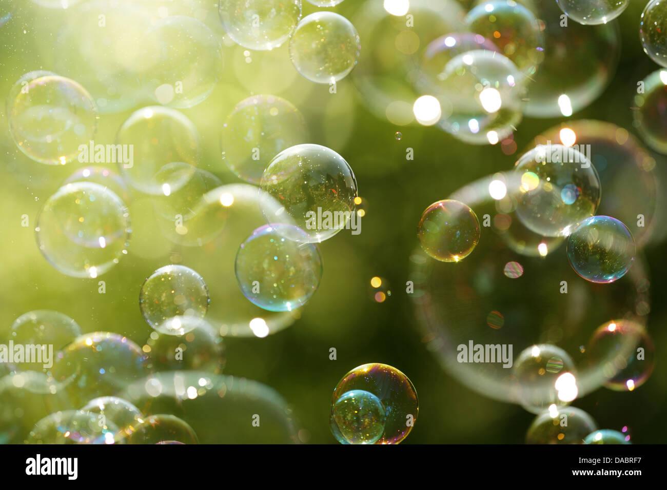 La luz solar del verano y pompas de jabón Imagen De Stock