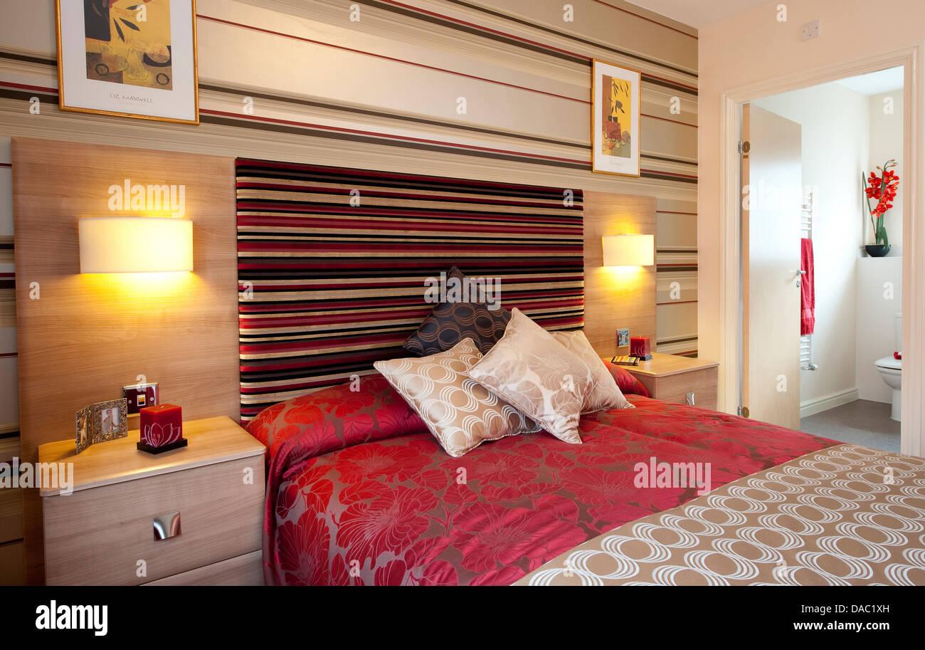 Cama doble en el dormitorio de un hotel moderno. Imagen De Stock