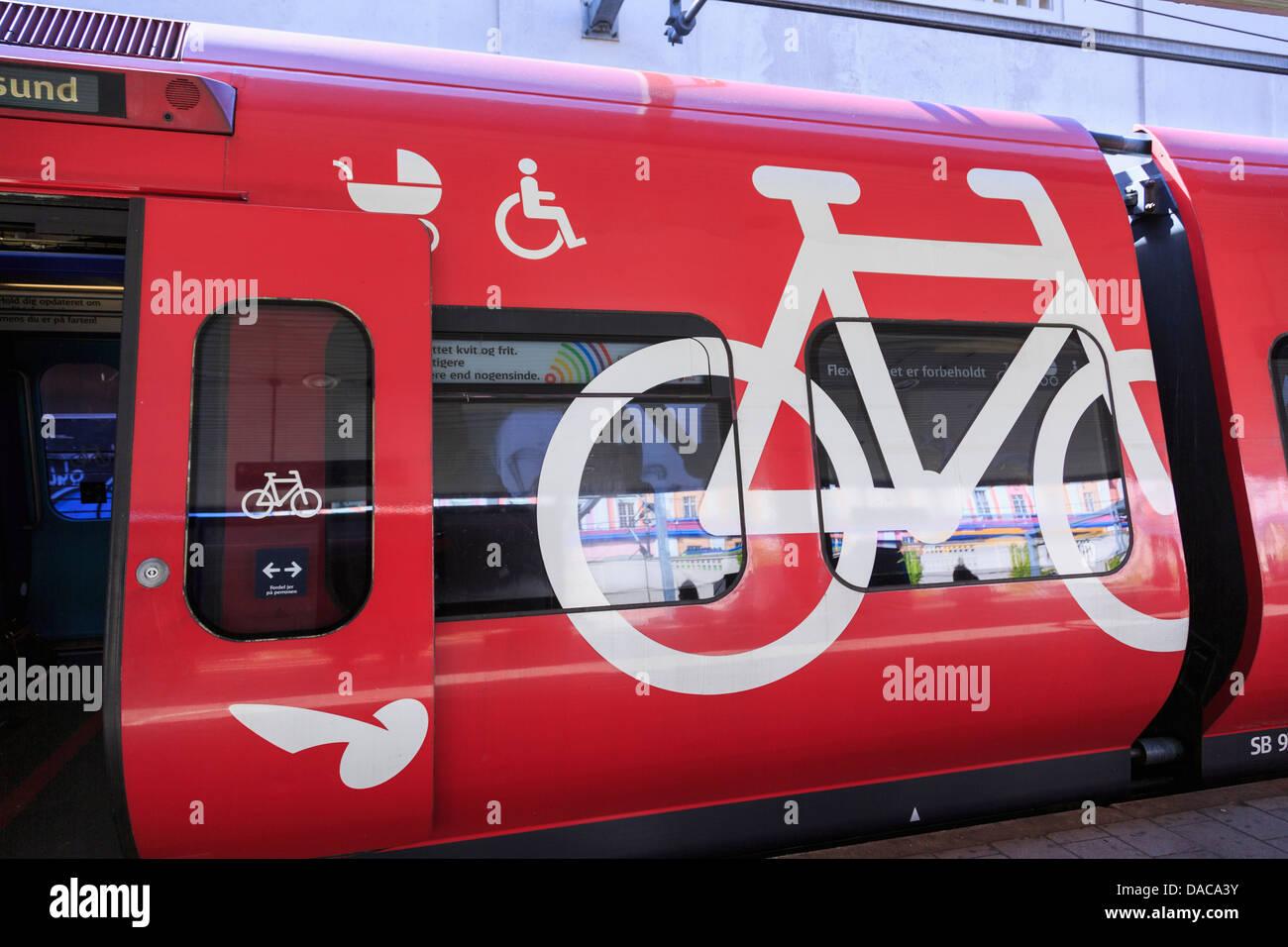 S entrenar con ciclo, sillitas de paseo y silla de ruedas en Vesterport carro de la estación de trenes de la Imagen De Stock