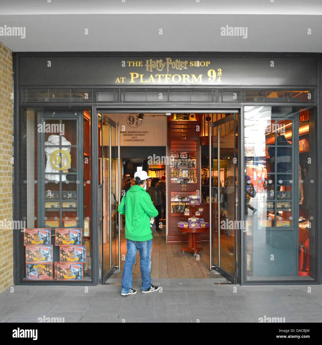 Tienda de Harry Potter en el andén nueve y tres cuartos dentro del edificio de la estación de tren Kings Imagen De Stock