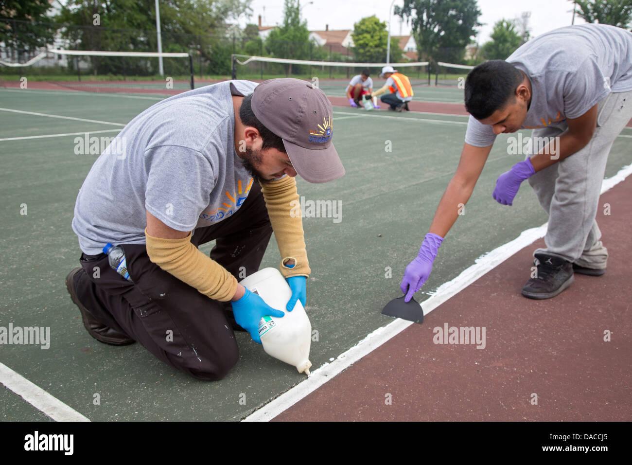 Los estudiantes de secundaria arreglar el parque de la ciudad como parte del programa de trabajo de verano de General Imagen De Stock
