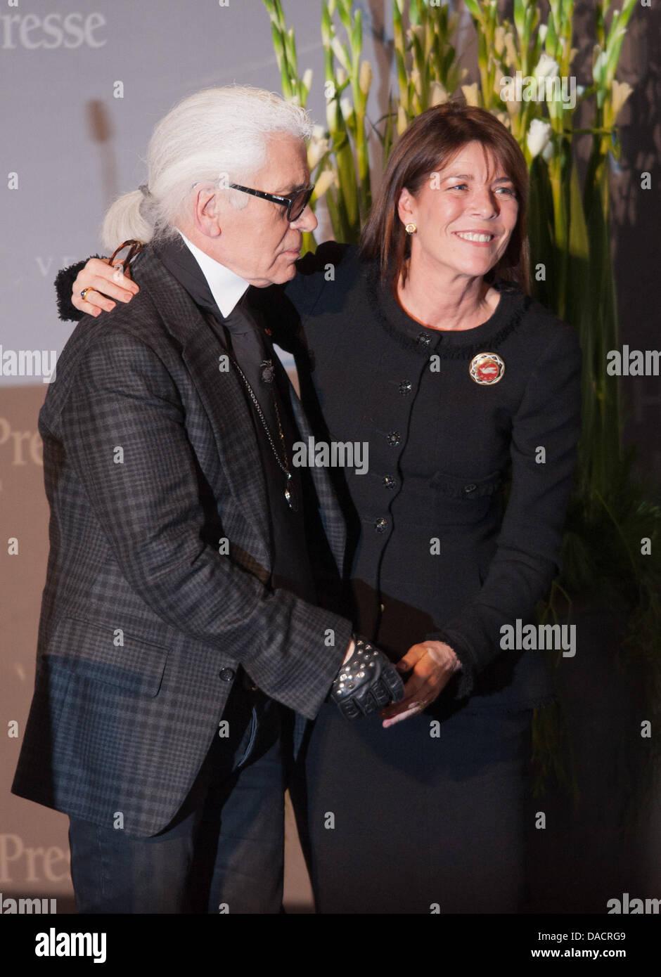 fashio-disenador-karl-lagerfeld-abraza-a-la-princesa-carolina-de-monaco-de-hannover-durante-la-concesion-del-premio-enschen-en-europa-la-caridad-la-gente-en-europa-la-caridad-award-del-grupo-editorial-passau-passauer-neue-presse-en-passau-alemania-el-12-de-diciembre-de-2011-el-premio-honra-la-princess-compromiso-con-la-organizacion-de-caridad-infantil-amade-mondiale-y-es-premiado-dacrg9.jpg