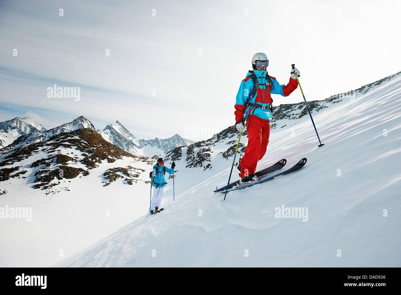 Los esquiadores ascendiendo, Kuhtai, Austria Imagen De Stock