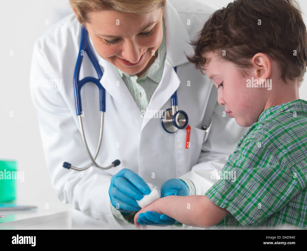 El cuidado médico para el niño pequeño con lesiones Imagen De Stock