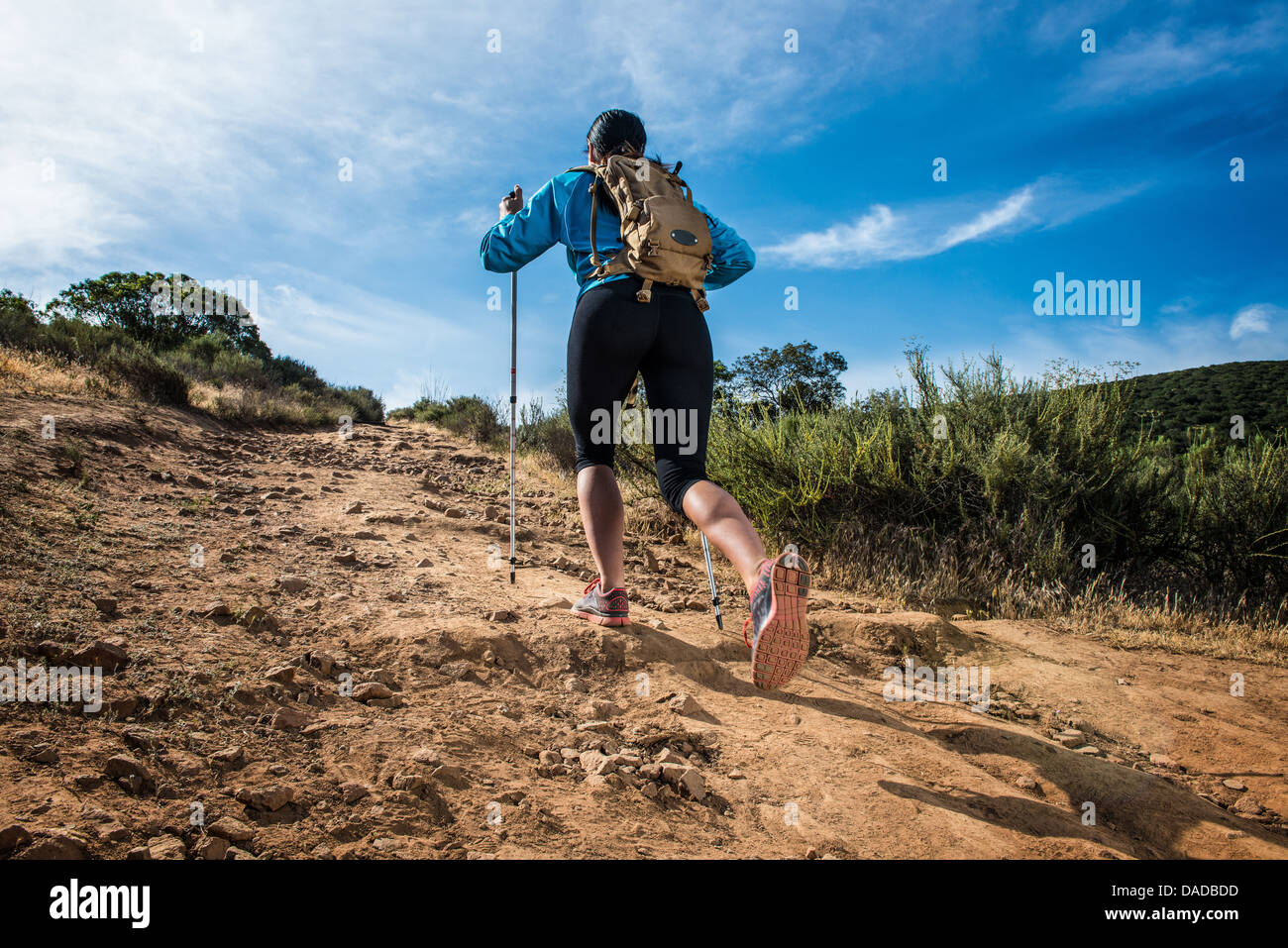 Mujer joven senderismo, vista trasera Imagen De Stock