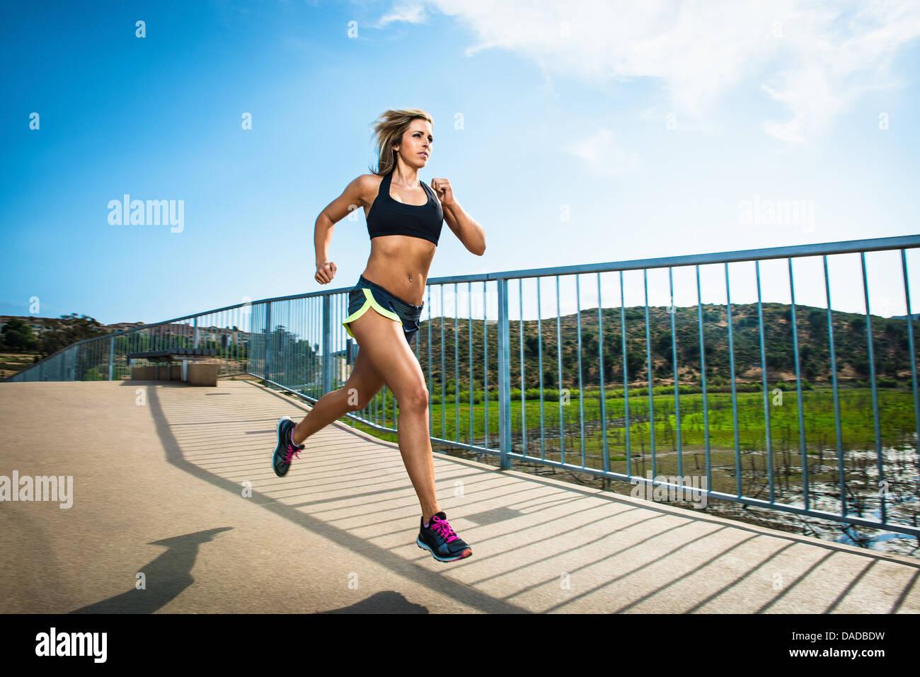 Mujer atlética girando en el puente Imagen De Stock
