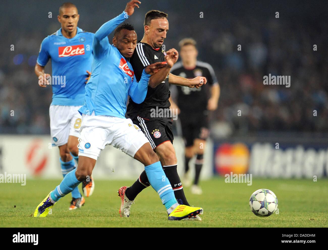 5b53d0269bc33 Juan Zúñiga (L) de Nápoles compite por el balón con Franck Ribery de Munich