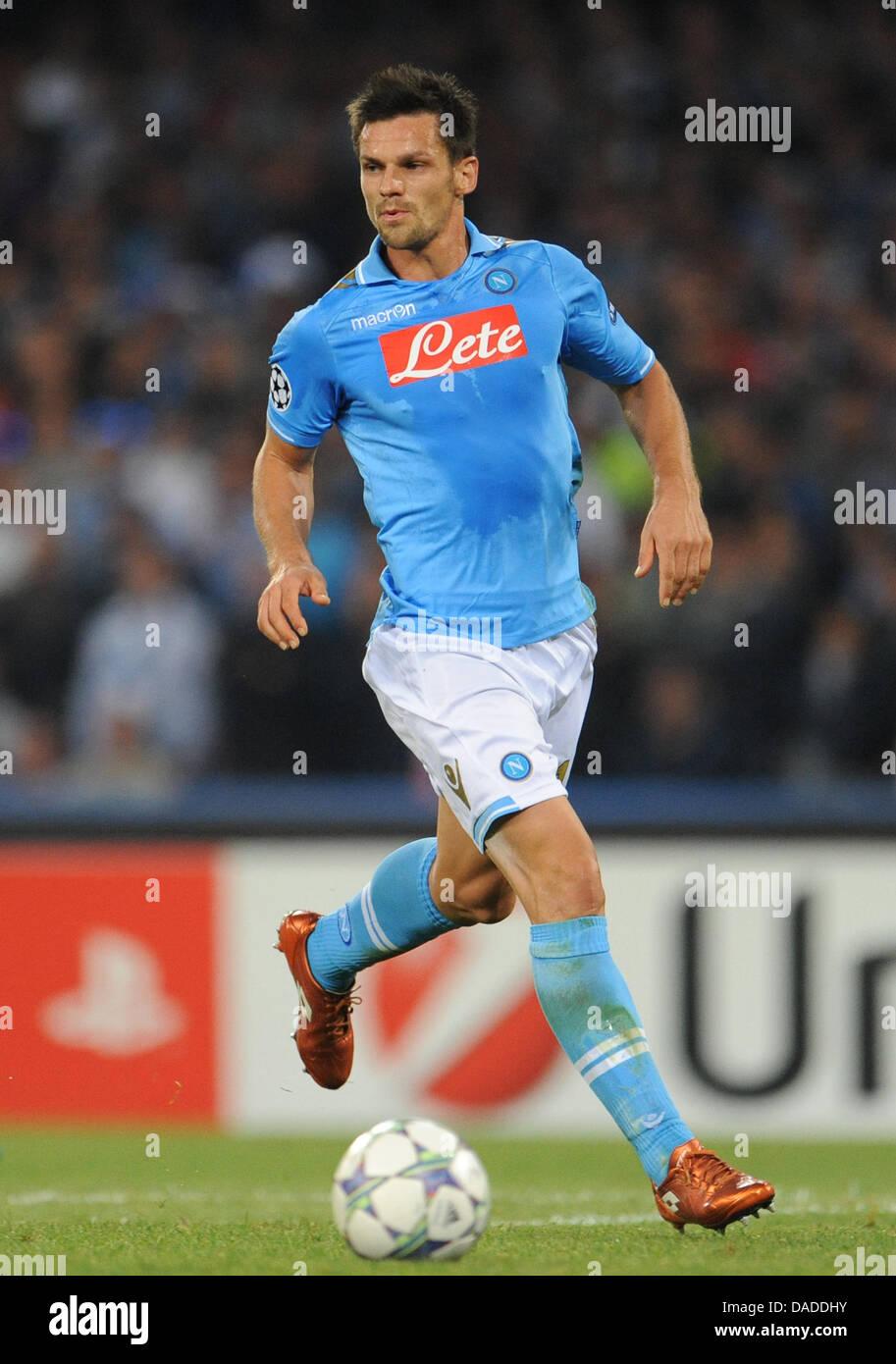 8c2d3b6deb797 Christian Maggio de Nápoles controla el balón durante el encuentro de Liga  de Campeones contra el