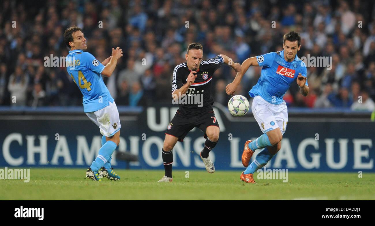 ef77080ff054e Christian Maggio de Nápoles compite por el balón con Múnich Franck Ribery  (c) y