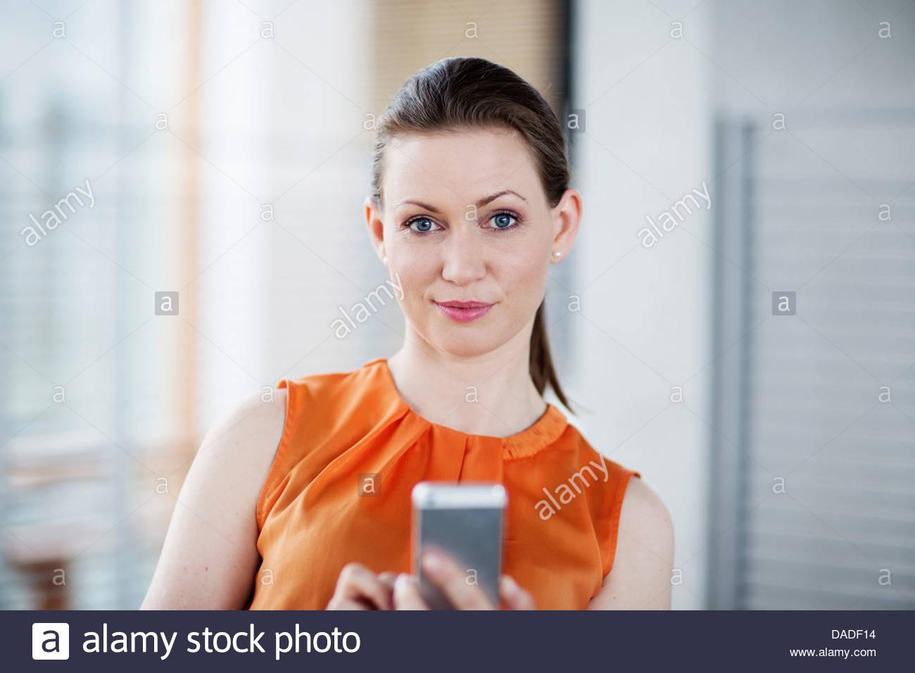 Mujer sosteniendo el teléfono móvil Imagen De Stock