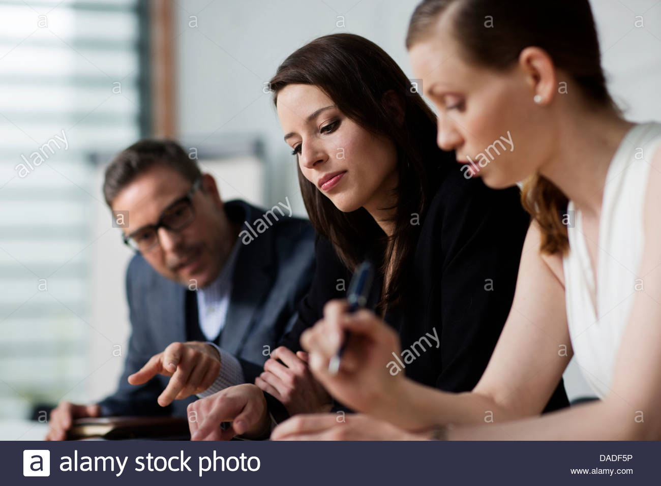 Tres personas en reunión Imagen De Stock