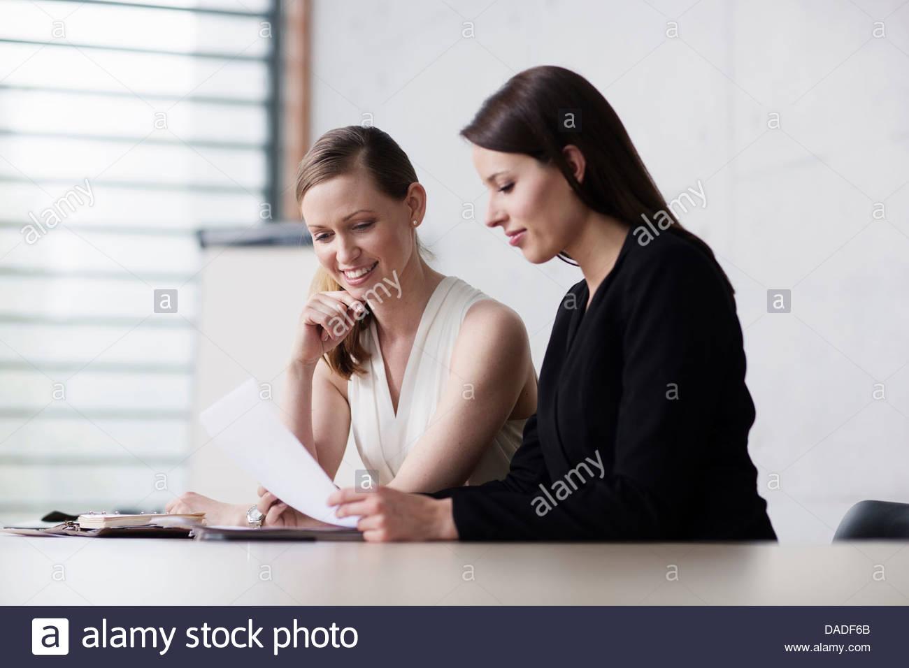 Dos mujeres en la reunión Imagen De Stock