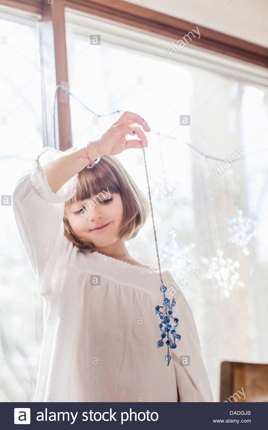 Chica admirando el copo de nieve ornamentales Imagen De Stock