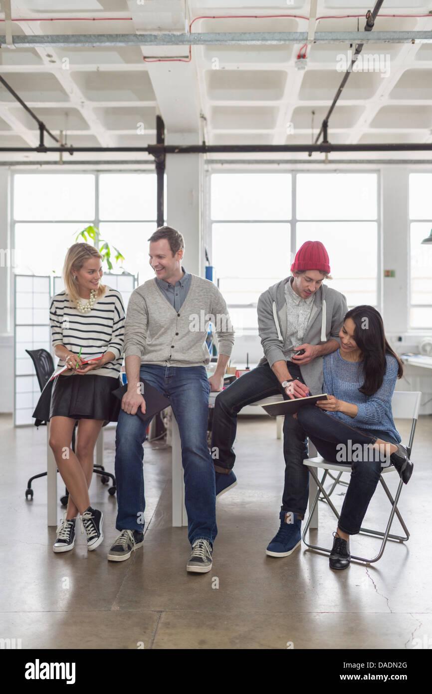 Creative business team sentados juntos en la oficina Imagen De Stock