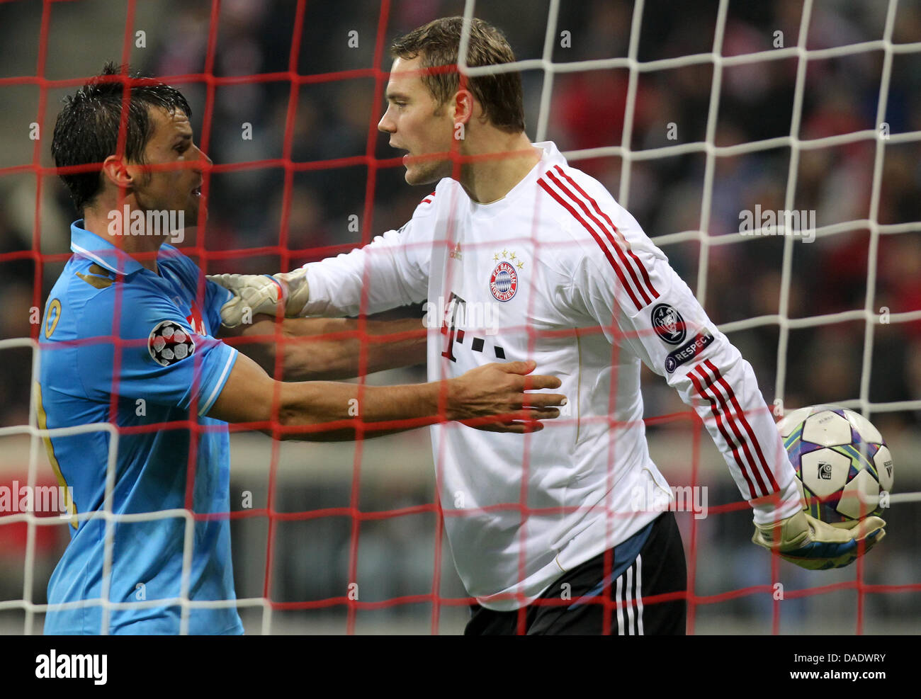 35ed4e4c93964 Múnich portero Manuel Neuer (R) y Christian Maggio (L) de Napoli disputan
