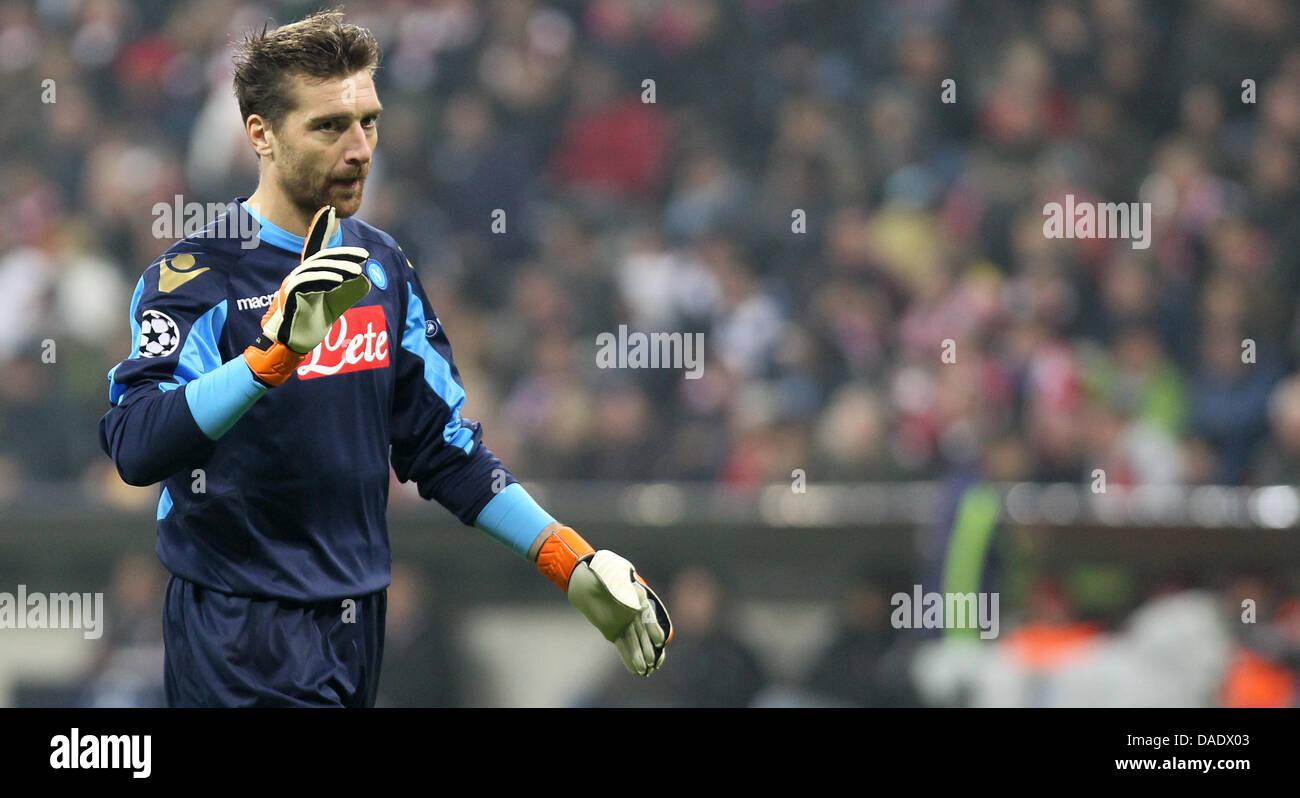6e625e35ac68a Portero del Napoli Morgan De Sanctis gestos durante la liguilla de la Liga  de Campeones de