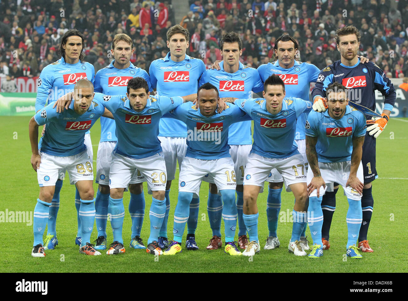fbe880c9c241d Equipo de Napoli antes de la liguilla de la Liga de Campeones de un partido  de fútbol entre el FC Bayern de Múnich y el SSC Napoli en el Arena de Munich