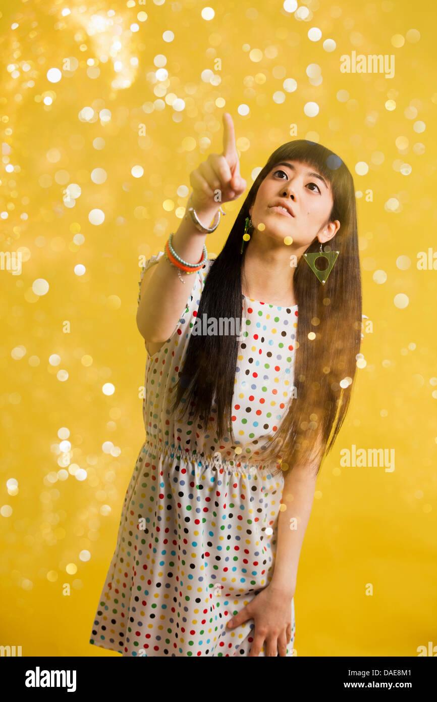 f985163bf Retrato de joven mujer vistiendo vestido manchado con purpurina Imagen De  Stock