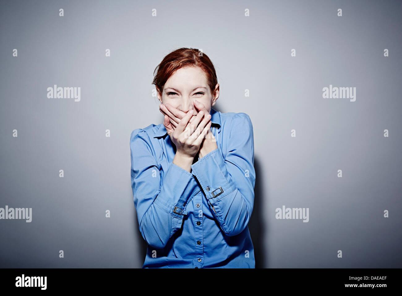 Retrato de estudio de joven riendo Imagen De Stock