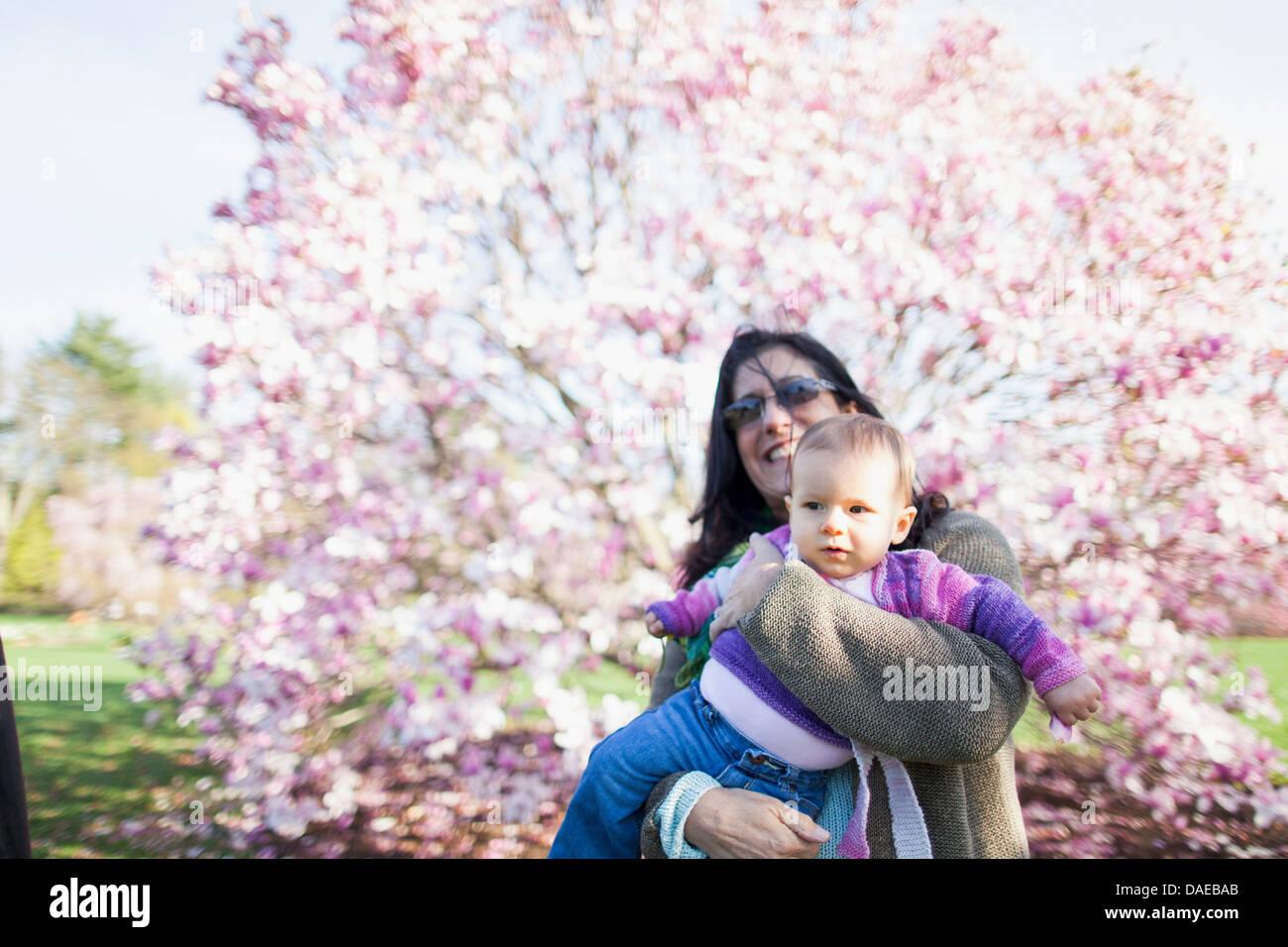 Abuela y su nieto en el jardín Imagen De Stock