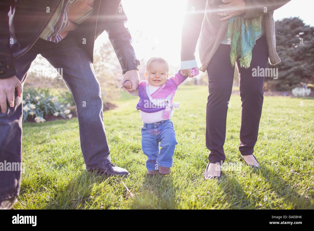 Los abuelos nieta caminando en el parque Imagen De Stock