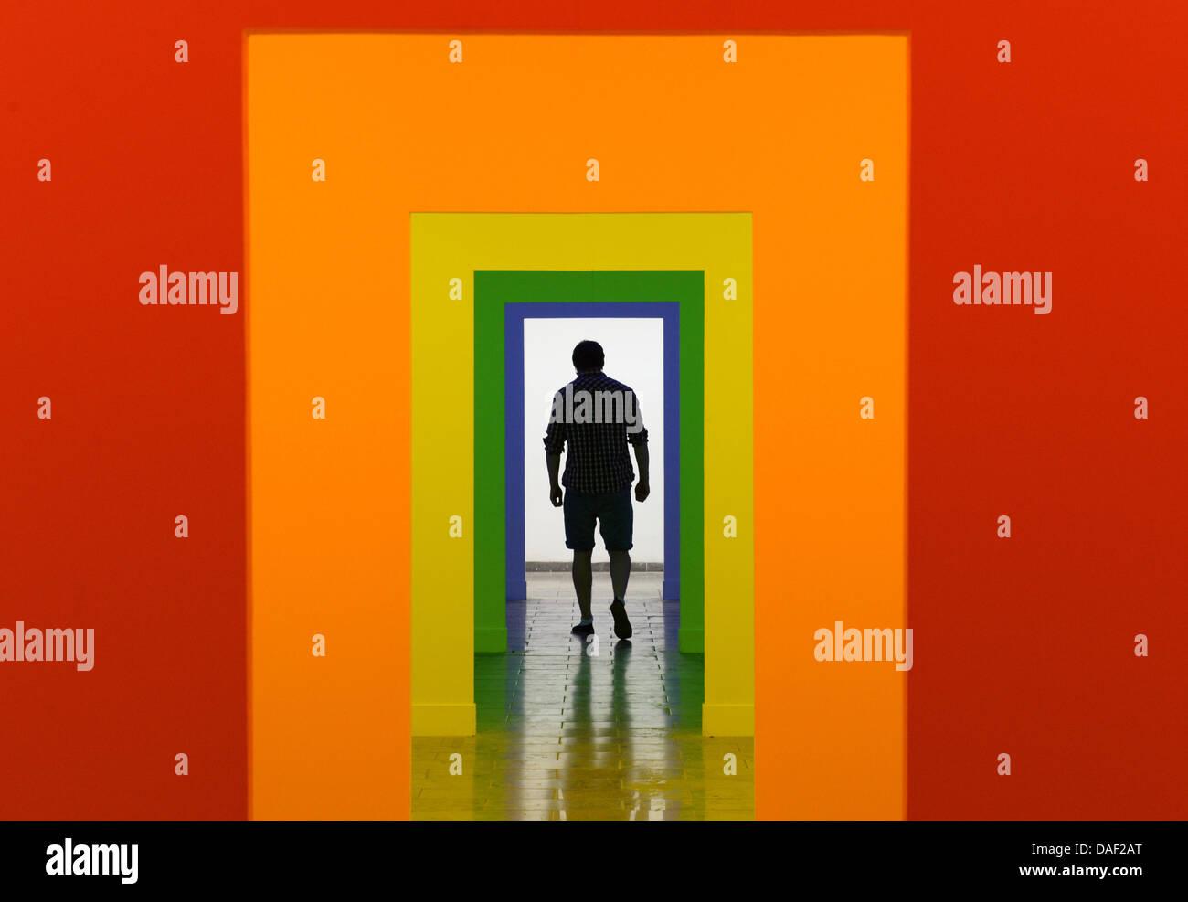 Karlsruhe, Alemania. 11 de julio de 2013. Un visitante de la Academia de Bellas Artes de Karlsruhe, camina a través Imagen De Stock