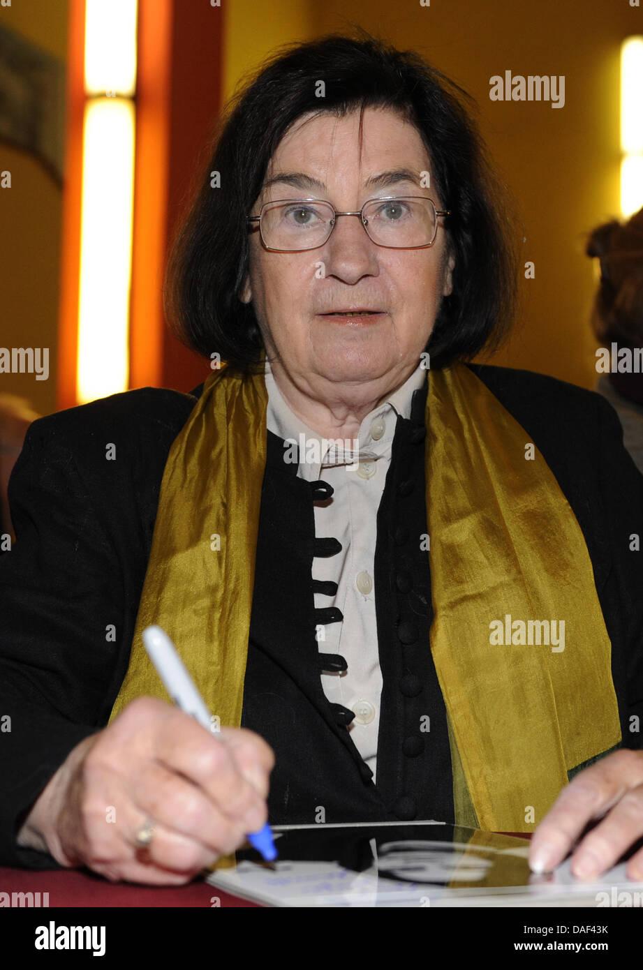 Archivo - Un archivo de imagen de fecha 13 de septiembre de 2009 muestra que la escritora alemana Christa Wolf en Foto de stock