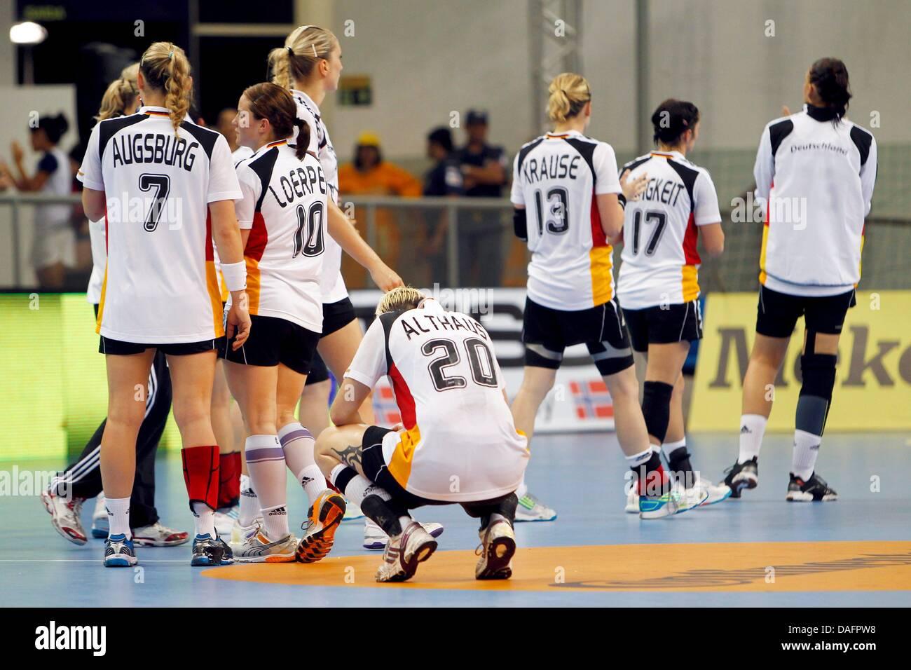 El Equipo De Alemania Camina Fuera Del Terreno De Juego Después De Perder El Campeonato Mundial De Balonmano Femenino Grupo Un Partido Contra Islandia En Santos Brasil 7 De Diciembre De 2011