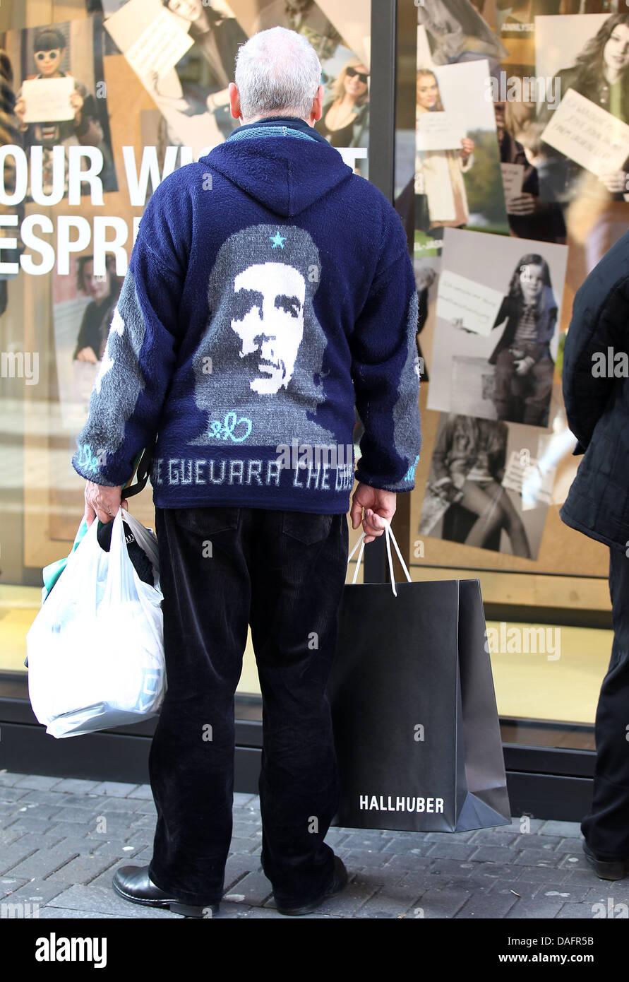Un hombre que llevaba un suéter mostrando el líder de la revolución cubana Che  Guevara mira ca50aa27f04