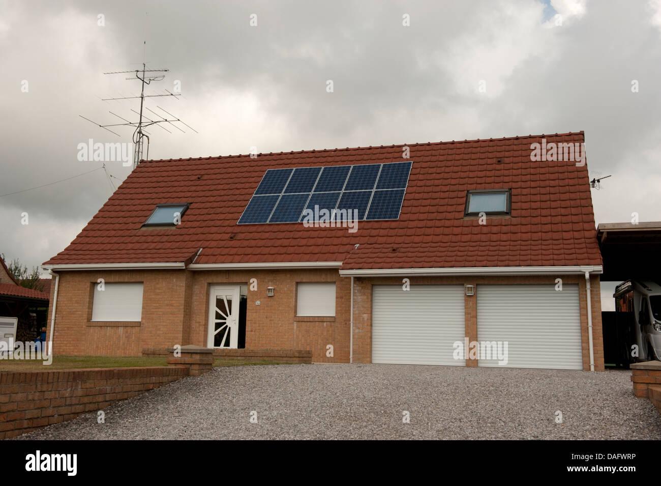 Los paneles solares del techo de la casa Campagne-les-Guines Francia Imagen De Stock