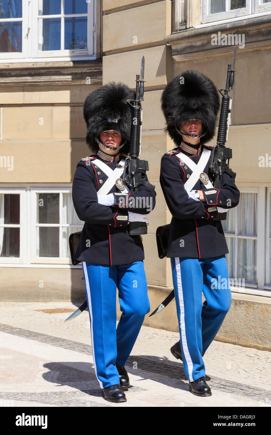 Dos guardias de servicio custodiaban Amalienborg o Palacio Real Residencia oficial de la Reina danesa en Copenhague, Imagen De Stock