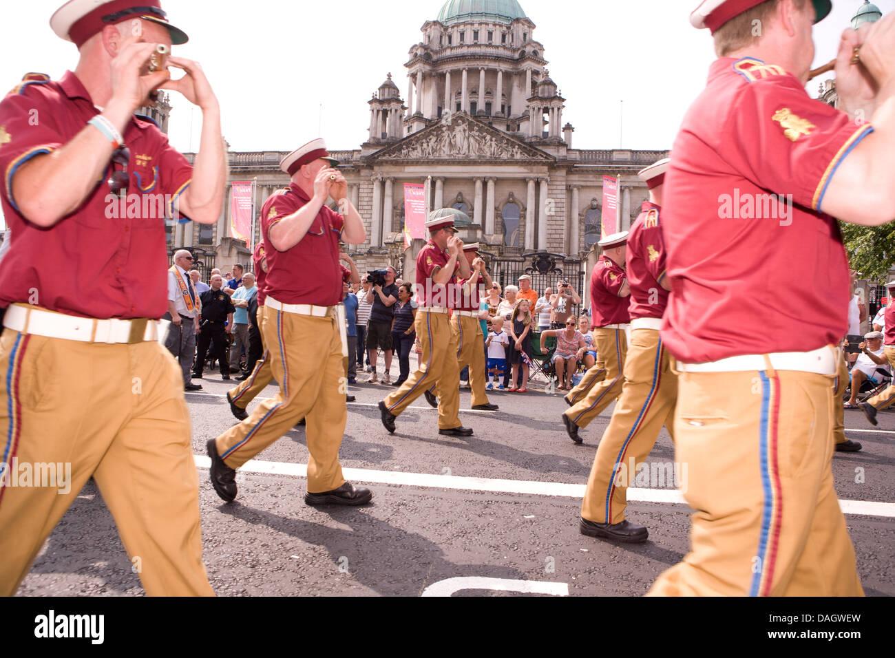 El 12 de julio de 2013 Belfast, Reino Unido. Las bandas de música el 12 de julio Foto de stock