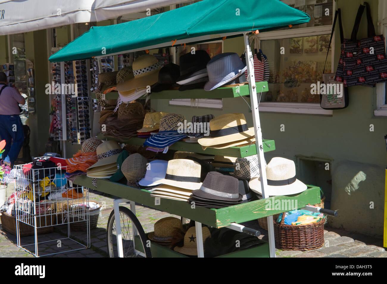 Ebeltoft DINAMARCA EU el carro fuera de la tienda con una pantalla de  selección de hat fed9816b676